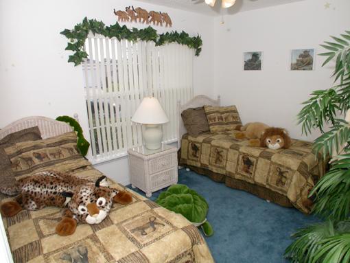 Slaapkamer 4: ingericht met twee 1-persoonsbedden, plafondventilator ...